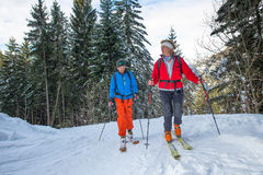 Alpines Skifahren mit alpinem Führerlehrer Lizenzfreie Stockfotos