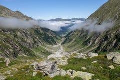 Alpines Tal in Österreich Stockbild