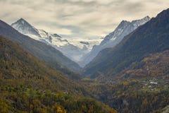 Alpines Tal im Fall lizenzfreies stockfoto
