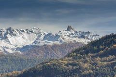 Alpines Tal im Fall lizenzfreies stockbild