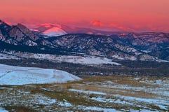 alpinglow在雪日出的冰砾山 库存照片