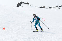 Alpinisme de ski : l'alpiniste de ski monte le ski à partir du dessus de la montagne Photographie stock