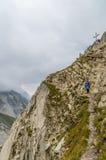Alpinisme femelle dans les Alpes de Lechtal, Tyrol du nord, Autriche Images stock