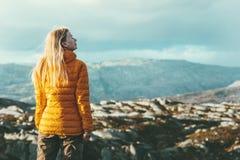 Alpinismo al aire libre de la mujer del viajero fotos de archivo