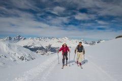 Alpinismo anziano dello sci di pratica di due uomini Fotografie Stock Libere da Diritti
