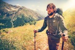 Alpinismo barbuto dell'uomo con lo zaino Fotografia Stock Libera da Diritti