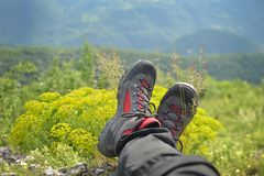 Alpinismo - caminhando botas na montanha Foto de Stock