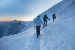 Alpinismo che sale alla cima in alpi francesi Chamonix, Francia Fotografia Stock