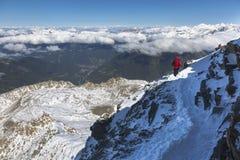 Alpinismo che sale alla cima sopra le nuvole in alpi francesi Immagine Stock Libera da Diritti