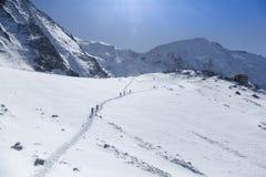 Alpinismo che sale nelle alpi francesi Tete Rousse e supporto Mont Blanc, Francia Fotografia Stock