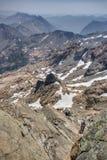 Alpinismo con los cielos ahumados en montañas de la cascada Fotografía de archivo