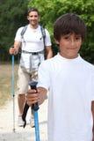 Alpinismo del figlio e del padre Fotografia Stock Libera da Diritti