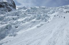 Alpinismo del pattino vicino ad una caduta di ghiaccio Fotografie Stock