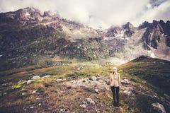 Alpinismo del viaggiatore della donna Fotografia Stock