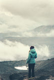 Alpinismo del viaggiatore della donna Immagine Stock