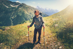 Alpinismo dell'uomo del viaggiatore con lo zaino Fotografia Stock Libera da Diritti