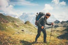 Alpinismo dell'uomo del viaggiatore con lo zaino Fotografia Stock