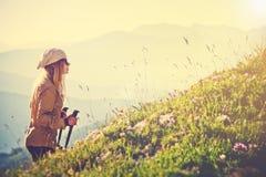 Alpinismo della donna del viaggiatore Fotografia Stock