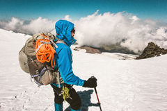 Alpinismo dello scalatore dell'uomo con lo zaino Fotografia Stock Libera da Diritti