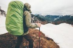 Alpinismo dello scalatore dell'uomo con lo zaino Immagine Stock Libera da Diritti