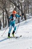 Alpinismo dello sci, corsa verticale: salita dell'alpinista dello sci della donna sugli sci sulla montagna Immagine Stock Libera da Diritti