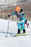 Alpinismo dello sci, corsa verticale: salita dell'alpinista dello sci della ragazza sugli sci sulla montagna Immagini Stock Libere da Diritti