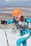 Alpinismo dello sci, corsa verticale: salita dell'alpinista dello sci della ragazza sugli sci sulla montagna Immagine Stock Libera da Diritti
