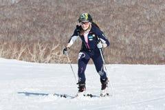 Alpinismo dello sci, corsa verticale: salita dell'alpinista dello sci della ragazza sugli sci sulla montagna Fotografie Stock Libere da Diritti