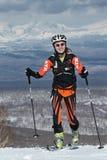 Alpinismo dello sci, corsa verticale: salita dell'alpinista dello sci della ragazza sugli sci sulla montagna Immagine Stock