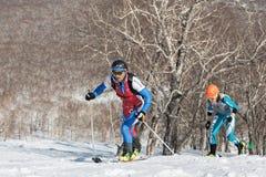 Alpinismo dello sci, corsa verticale: salita dell'alpinista dello sci sugli sci sulla montagna Fotografia Stock Libera da Diritti