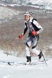 Alpinismo dello sci, corsa verticale: salita dell'alpinista dello sci sugli sci sulla montagna Fotografie Stock