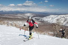 Alpinismo dello sci, corsa verticale: salita dell'alpinista dello sci sugli sci sulla montagna Fotografie Stock Libere da Diritti