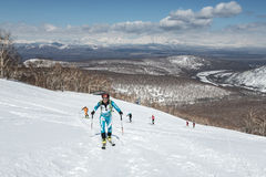 Alpinismo dello sci, corsa verticale: salita dell'alpinista dello sci sugli sci sulla montagna Fotografia Stock