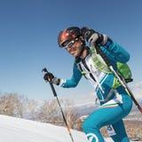 Alpinismo dello sci, corsa verticale: salita dell'alpinista dello sci sugli sci sulla montagna Immagini Stock Libere da Diritti