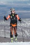 Alpinismo dello sci, corsa verticale: salita dell'alpinista dello sci sugli sci sulla montagna Immagini Stock