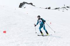 Alpinismo dello sci: l'alpinista dello sci guida la corsa con gli sci dalla cima della montagna Fotografia Stock
