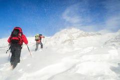 Alpinismo dello sci nella bufera di neve Fotografia Stock