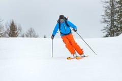 Alpinismo in discesa dello sci Fotografie Stock