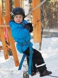 Alpinismo do rapaz pequeno fotografia de stock royalty free