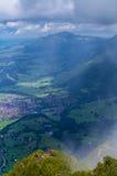 Alpinismo femenino en las montañas de Allgau con el fondo de Oberstdorf, Alemania Fotos de archivo libres de regalías