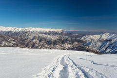 Alpinismo in neve fresca Fotografia Stock