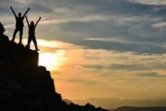 Alpinismo; riusciti scalatori alla sommità Fotografia Stock Libera da Diritti