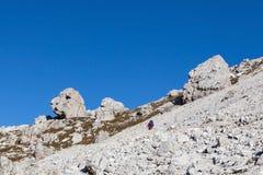 Alpinismo su un percorso della montagna Fotografia Stock