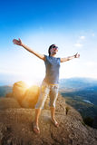 Alpinismo. una ragazza gode dell'aumento alla montagna Fotografia Stock Libera da Diritti