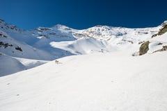Alpinismo verso la cima della montagna Immagine Stock