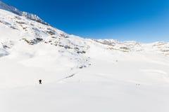 Alpinismo verso la cima della montagna Immagini Stock Libere da Diritti