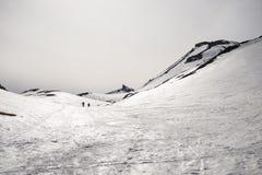 Alpinismo verso la cima della montagna Fotografia Stock Libera da Diritti