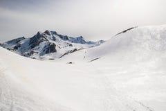 Alpinismo verso la cima della montagna Fotografie Stock