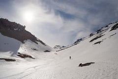 Alpinismo verso la cima della montagna Fotografia Stock