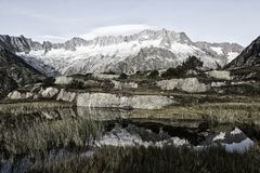 Alpinist делает пролом во время восхода солнца на озере горы в горных вершинах Стоковые Фотографии RF
